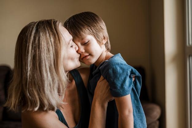 Mittlere schussfrau, die jungen küsst