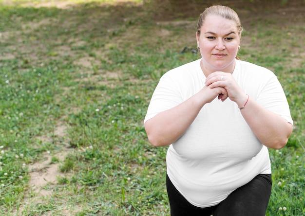 Mittlere schussfrau, die longe-übungen macht