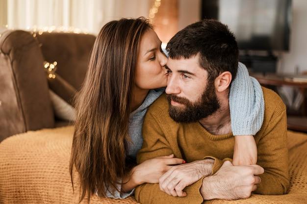 Mittlere schussfrau, die mann küsst