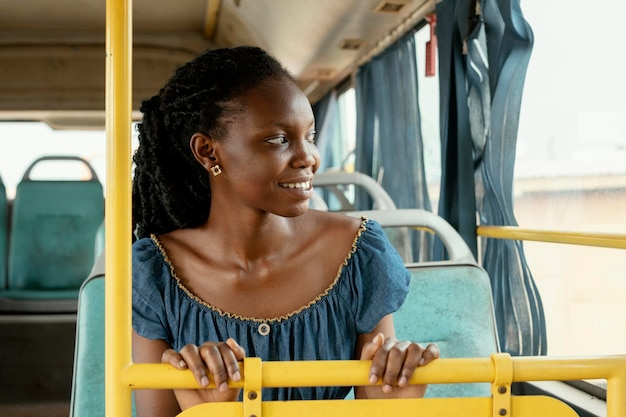 Mittlere schussfrau, die mit dem bus reist
