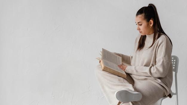 Mittlere schussfrau, die mit kopienraum liest Kostenlose Fotos