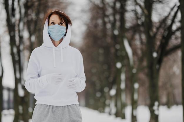 Mittlere schussfrau, die mit masken läuft