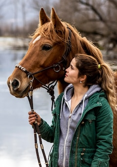 Mittlere schussfrau, die mit pferd aufwirft