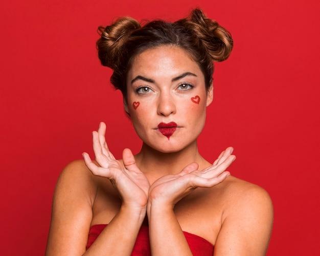 Mittlere schussfrau, die mit rotem lippenstift aufwirft
