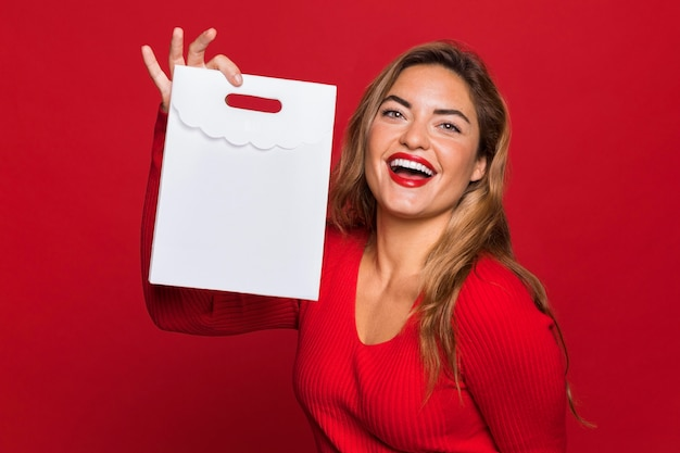 Mittlere schussfrau, die papiertüte hält
