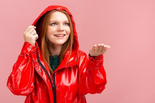 Mittlere schussfrau, die regenjacke trägt