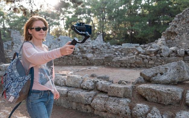Mittlere schussfrau, die selfies nimmt
