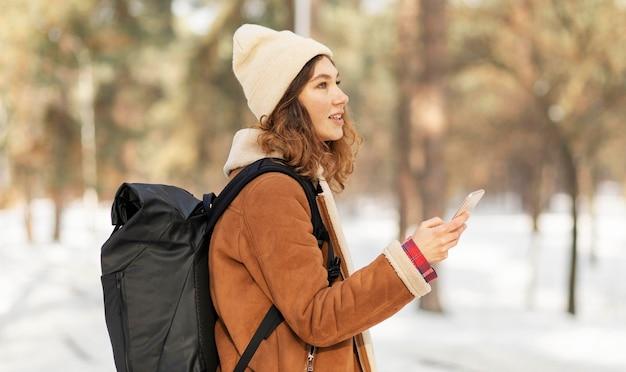 Mittlere schussfrau, die smartphone hält