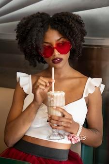 Mittlere schussfrau, die sonnenbrille trägt