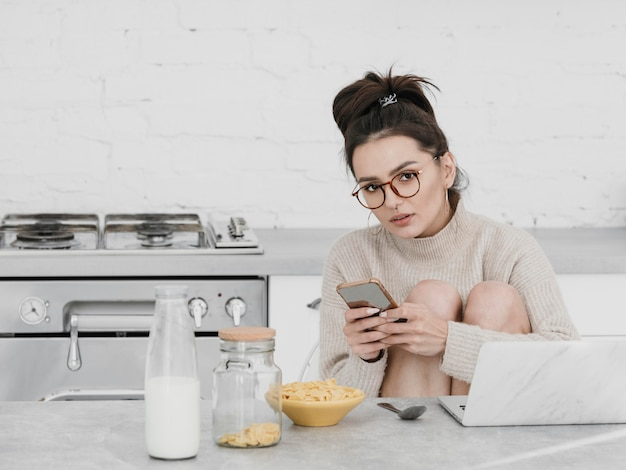 Mittlere schussfrau, die telefon hält