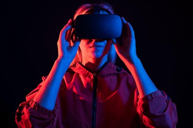 Mittlere schussfrau, die virtuelle realität erlebt