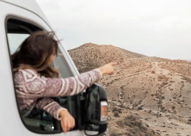 Mittlere schussfrau im auto