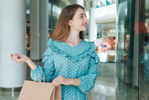 Mittlere schussfrau im einkaufszentrum, das weg schaut