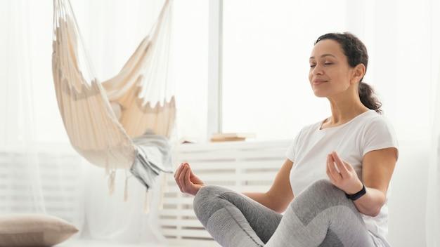 Mittlere schussfrau meditiert
