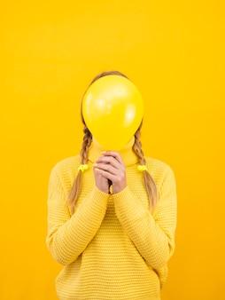 Mittlere schussfrau mit ballon