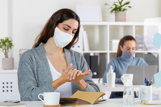 Mittlere schussfrau mit desinfektionsmittel