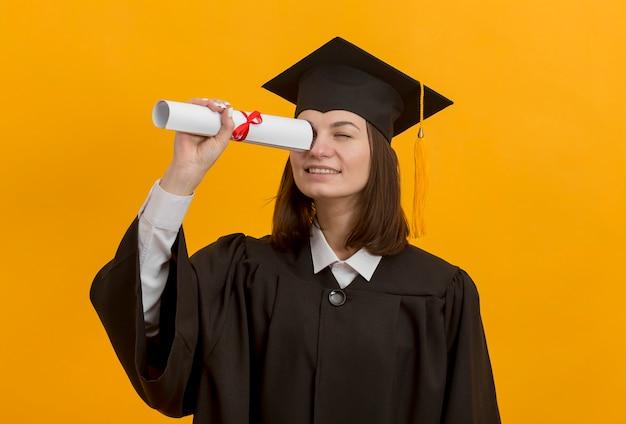 Mittlere schussfrau mit diplom