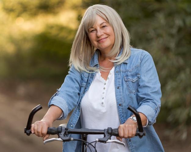 Mittlere schussfrau mit fahrrad