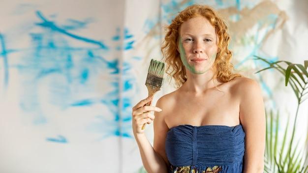 Mittlere schussfrau mit gemaltem gesicht