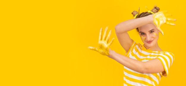 Mittlere schussfrau mit gemalten handflächen