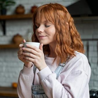Mittlere schussfrau mit kaffeetasse