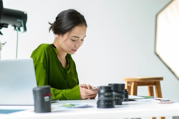Mittlere schussfrau mit kameraobjektiven
