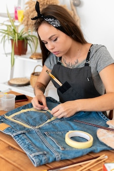 Mittlere schussfrau mit klebeband