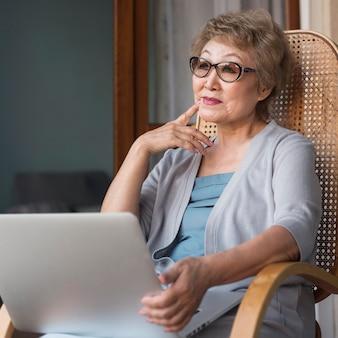 Mittlere schussfrau mit laptop