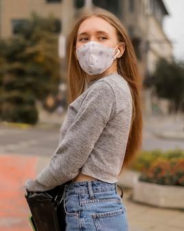 Mittlere schussfrau mit medizinischer maske
