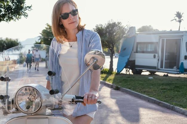 Mittlere schussfrau mit motorrad