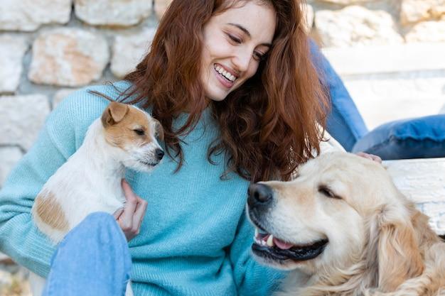 Mittlere schussfrau mit niedlichen hunden