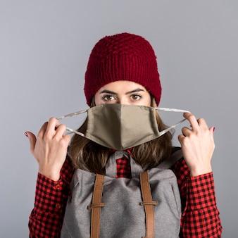 Mittlere schussfrau mit schutzmaske