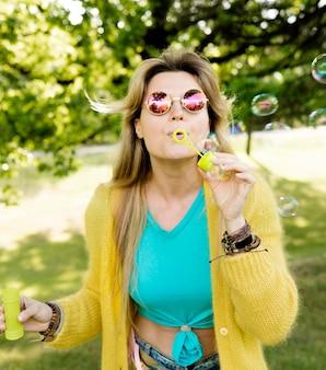 Mittlere schussfrau mit seifenblasen