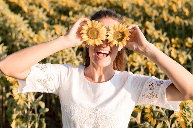 Mittlere schussfrau mit sonnenblumen