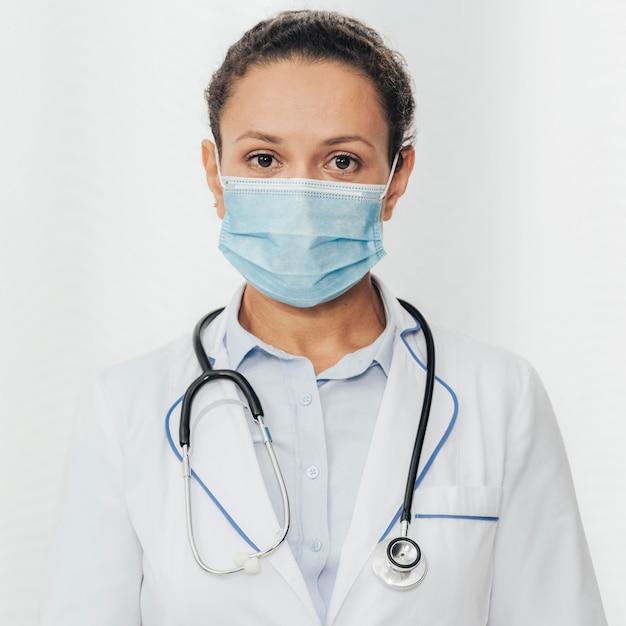 Mittlere schussfrau mit stethoskop