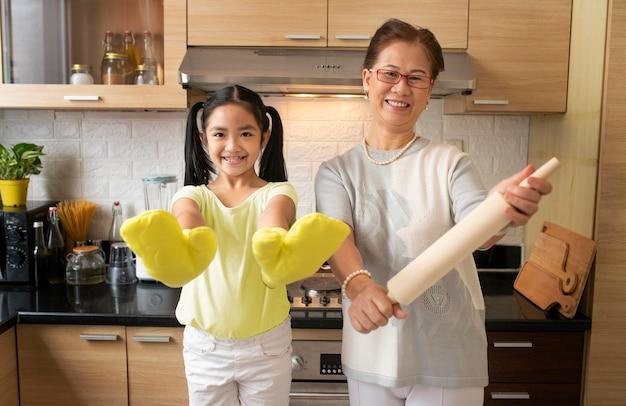 Mittlere schussfrau und kind in der küche