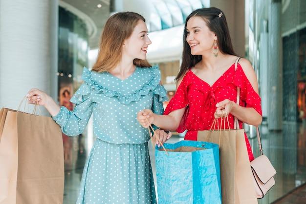 Mittlere schussfrauen am einkaufszentrum