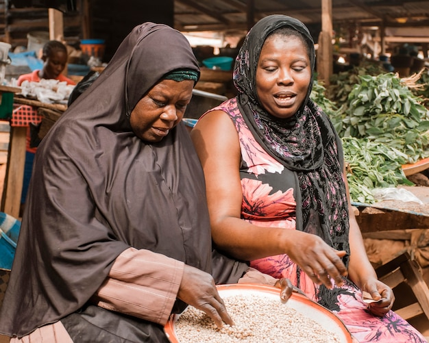 Mittlere schussfrauen auf dem markt