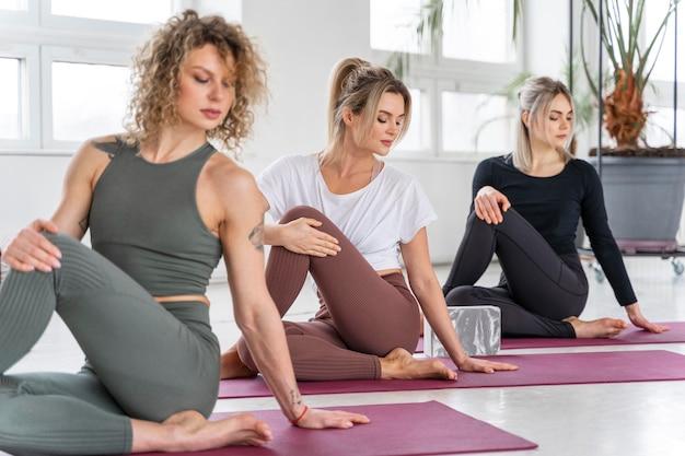 Mittlere schussfrauen auf yogamatte