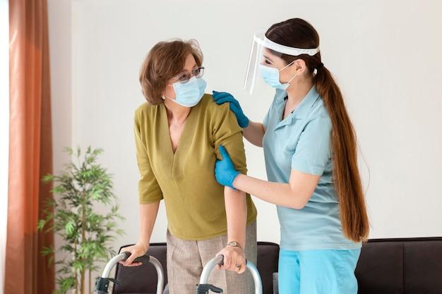 Mittlere schussfrauen, die masken tragen