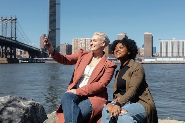 Mittlere schussfrauen, die selfie nehmen