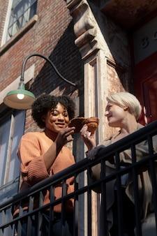 Mittlere schussfrauen mit leckeren snacks
