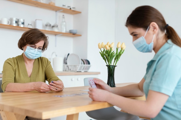 Mittlere schussfrauen mit masken