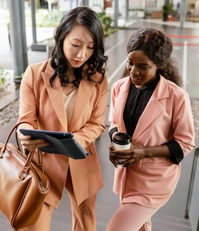 Mittlere schussfrauen mit tablette