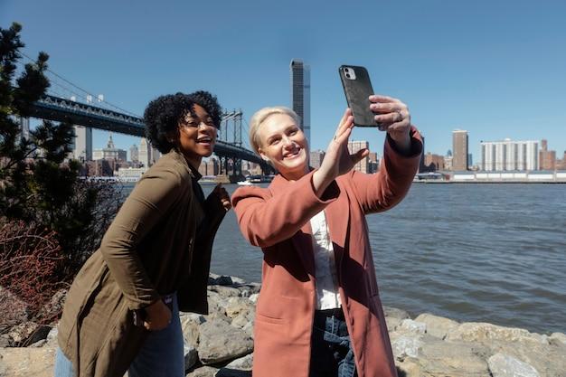 Mittlere schussfreunde, die selfie nehmen