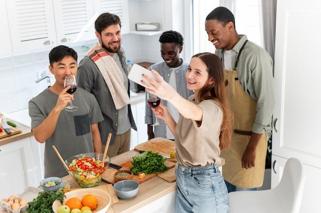 Mittlere schussfreunde, die selfies machen
