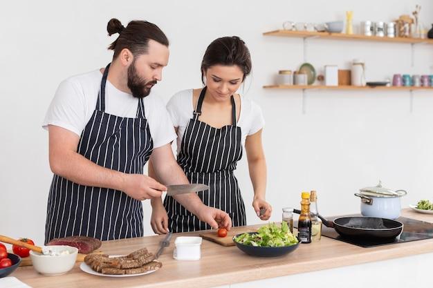 Mittlere schussfreunde, die zusammen kochen