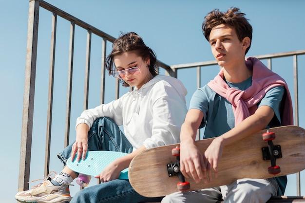 Mittlere schussfreunde mit skateboard