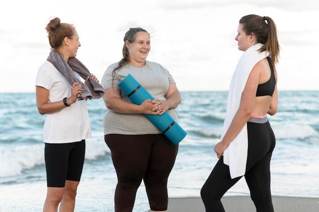Mittlere schussfreunde mit yogamatte