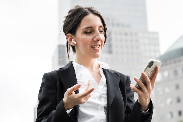 Mittlere schussgeschäftsfrau mit airpods